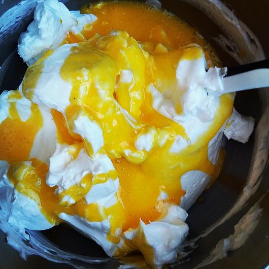 Æggehvider pisket med sukker vendes med æggeblommer.
